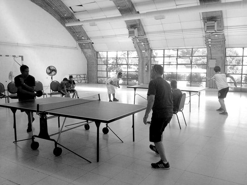 Concursantes jugando en el torneo de Ping Pong