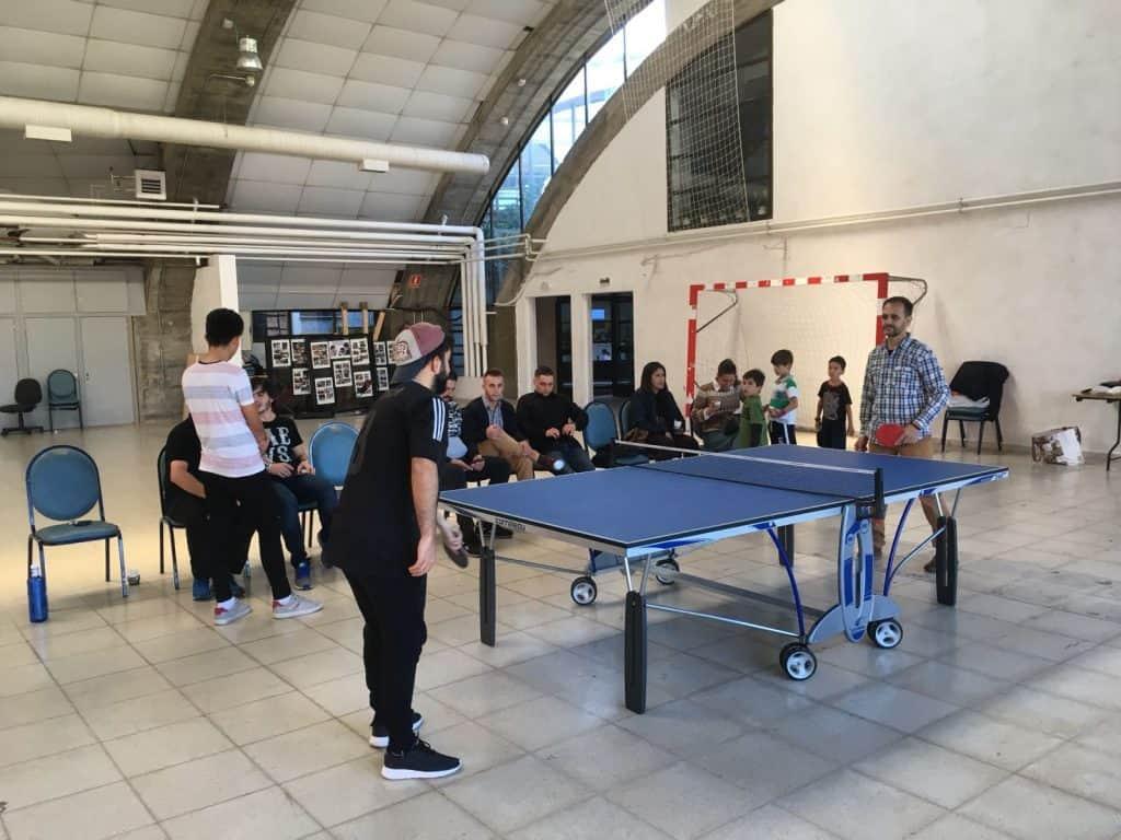 Concursantes en un partido de Ping Pong