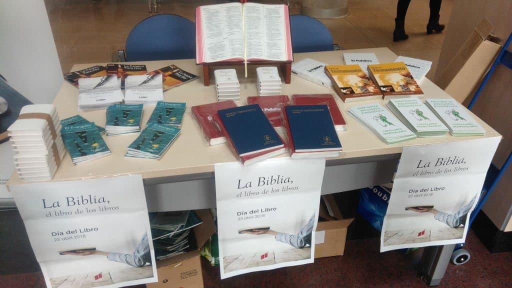 Mesa con escrituras para regalar en el Hospital Infanta Cristina